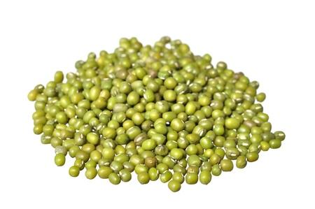 Stapel van ruwe groene mung bonen geïsoleerd op wit