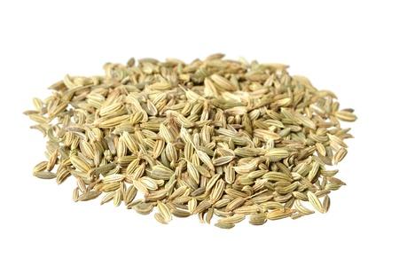 finocchio: Pile di semi di finocchio prime isolato su bianco