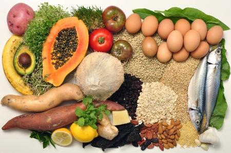 Disposition des choix de saines des aliments sains sur fond blanc