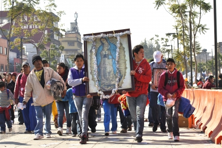 Mexico-Stad, Mexico - 12 december 2012: Trouwe katholieken mars naar de basiliek van Onze-Lieve-Vrouw van Guadalupe die haar imago in de viering van de Maagd op 12 december 2012 Redactioneel