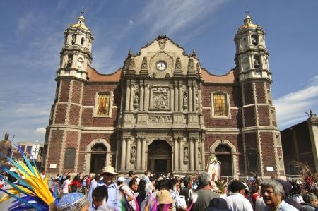recolectar: Ciudad de M�xico, M�xico - 12 de diciembre de 2012: Una gran multitud de fieles visitantes se re�nen frente a la antigua bas�lica de Nuestra Se�ora de Guadalupe en el d�a de su celebraci�n en la ciudad de M�xico el 12 de diciembre de 2012.