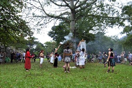 cat�licismo: Palenque, Chiapas, M�xico - 21 de diciembre de 2012: Una ceremonia maya combinar ambos elementos de la cultura tradicional y el catolicismo se lleva a cabo en Palenque, Chiapas, M�xico, en frente del Templo del Conde en 21 de diciembre 2012