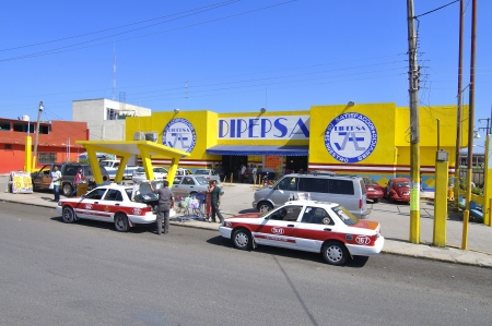 Las Choapas, Veracruz, Mexico - December 28, 2012: Taxis wait for shoppers in front of Mexican supermarket Dipepsa on December 28, 2012 in Las Choapas, Veracruz, Mexico Stock Photo - 17063295