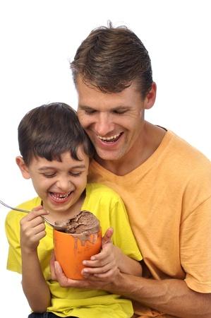 helado de chocolate: Padre e hijo se divierten y disfrutan comiendo crema de hielo de chocolate juntos en el fondo blanco