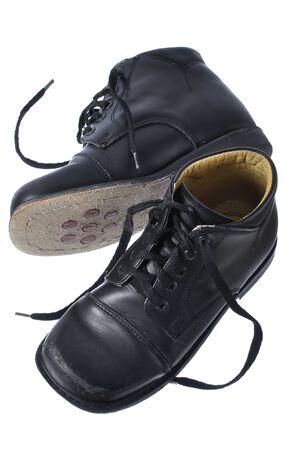 Nero scarpe da sera ortopediche personalizzate del bambino isolato su bianco