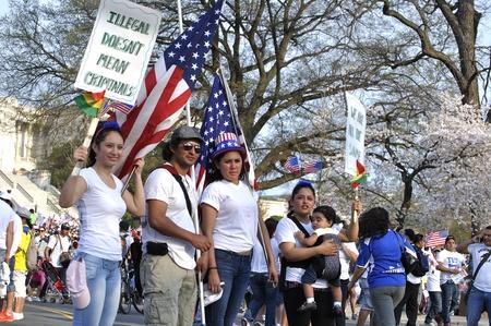 recolectar: Washington DC - 10 de abril de 2013: Los manifestantes se re�nen en frente de la capital durante una manifestaci�n por la reforma migratoria el 10 de abril de 2013.