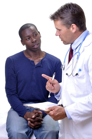 conversaciones: Hombre m�dico habla con un joven paciente sobre los resultados de laboratorio en su cl�nica con un fondo blanco