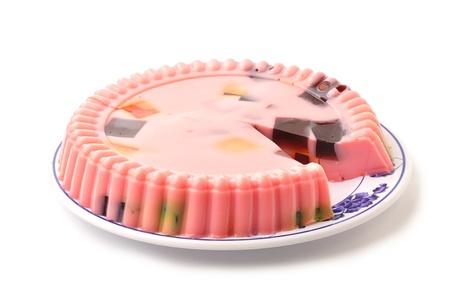 gelatina: Hermoso plato de moldeado pink postre de gelatina de fresa en el fondo blanco