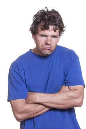 흰색 배경에 지저분한 지저분한 술에 취해 백인 남자의 세로 사진