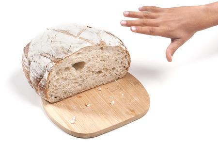 젊은 손을 흰색 배경에 효 모 빵 덩어리를 훔치는 도달