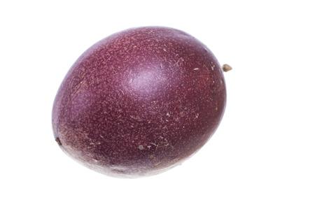 Close-up van Passiflora edulis paarse passievrucht op wit wordt geïsoleerd Stockfoto