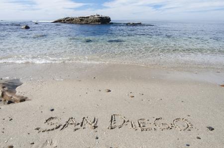De letters SAN DIEGO geschreven in het zand op prachtige San Diego strand in La Jolla, Californië Stockfoto
