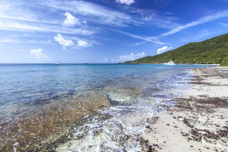 透き通った海と美しい熱帯 Carlos ロザリオとビーチにカリブ島のイスラ クレブラ プエルトリコのヨット 写真素材