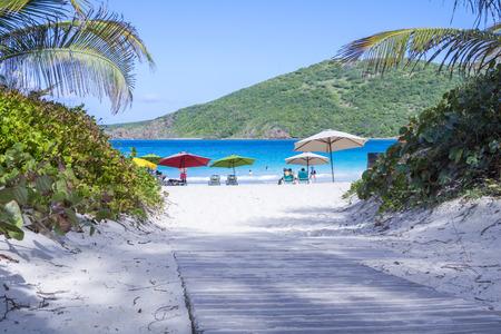 Houten wandelpad leidt naar het prachtige tropische zandstranden Flamenco strand op het Portoricaanse eiland Culebra