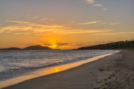 Prachtige oranje zonsopgang over tropische Caribische eiland Culebrita gezien vanaf Zoni Beach, Culebra, Puerto Rico