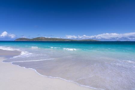 Cayo Norte op een mooie heldere dag gezien vanaf zandstrand Zoni Beach op Isla Culebra, Puerto Rico