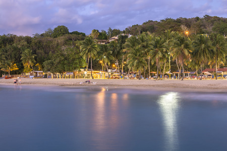 Schemering op prachtige tropische Crash Boot Beach in Aguadilla, Puerto Rico