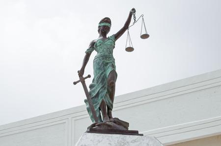 dama de la justicia: Estatua de bronce hermoso de la Justicia con los ojos vendados que sostiene el equilibrio de escalas en una mano y la espada en la otra en Chetumal, México