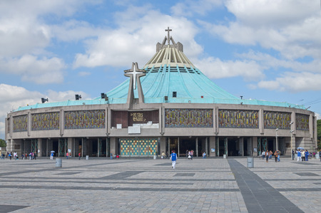 MEXICO-STAD, MEXICO - 23 oktober 2014: Een niet-festival week kan een goed moment om de Basiliek van Onze-Lieve-Vrouw van Guadalupe te bezoeken omdat er weinig bezoekers op zulke momenten zijn. Redactioneel