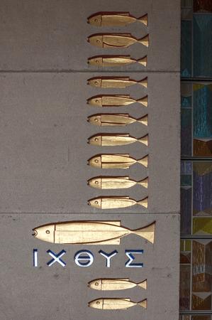 pez cristiano: Un pez grande y doce pequeños peces que representa a Cristo y sus discípulos están unidos a la pared por encima de la entrada al baptisterio en la Basílica de Nuestra Señora de Guadalupe en la Ciudad de México