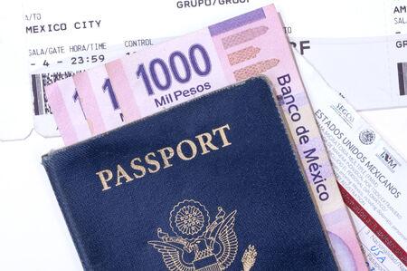 boarding card: Primo piano dei documenti richiesti, tra cui il passaporto, carta d'imbarco, carta turistica e pesos per il volo per il Messico