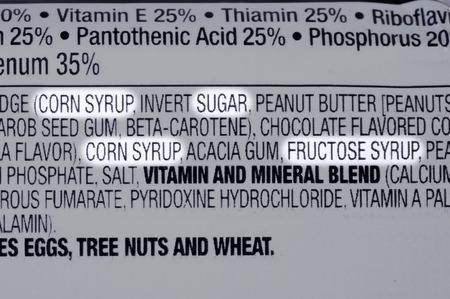 Close-up van de ingrediënten lijst van granola gezondheid bar met vormen van suiker gemarkeerd Stockfoto - 34563855