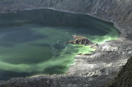 蒸気およびガス上昇チアパス州, メキシコのエルチチョン火山の火口の湖 ...