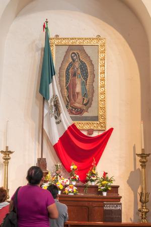 Altar Bellamente Decorado Con Flores Objetos Religiosos Y