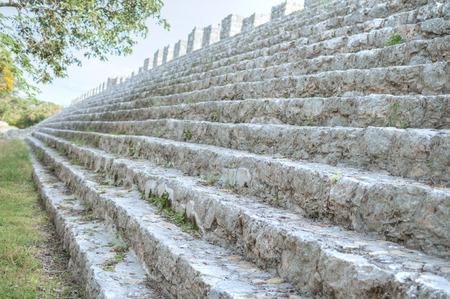 central square: Profondit� di messa a fuoco e profondit� prospettica lungo passi di Struttura 44 nella piazza centrale di sito archeologico di rovine Maya in Dzibilchaltun vicino a Merida, Messico