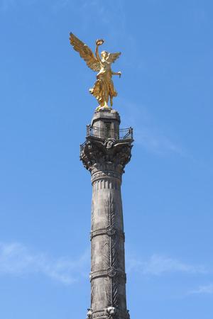 angel de la independencia: Escultura chapado en oro que representa al �ngel de la Independencia en la parte superior de la columna de la victoria por encima de la rotonda de la ciudad de M�xico Foto de archivo