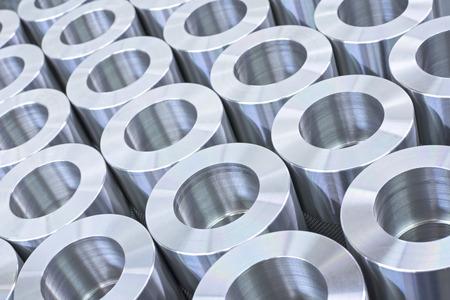 metales: Patrón de detalle de brillante precisión circular de acero inoxidable piezas de maquinaria industrial dispuestas en filas
