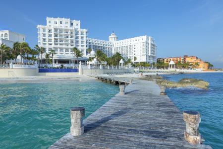 CANCUN, MEXICO - 30 juli 2015: badplaatsen zoals Hotel Riu Palace blijven kwaliteitsvijfsterrenaccommodaties aanbieden langs de prachtige Caribische kustlijn van de hotelzone van Cancun