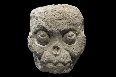 cultura maya: Primer piedra descarnada calavera maya de Copán, Honduras aislado sobre fondo negro