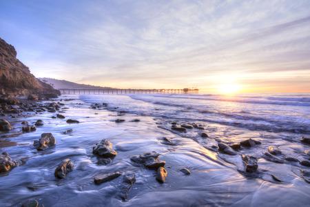 Colorido vívido pintoresca playa sur de California, que incluye Scripps en La Jolla muelle al atardecer con hermosas relfections