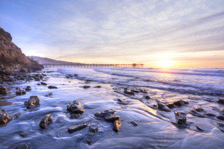 praia do sul cénico colorida vívida Califórnia que caracteriza cais de Scripps em La Jolla no por do sol com belas relfections Imagens