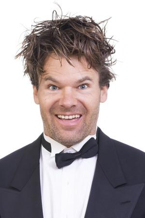 Portret van hoge blanke man met gekke gelaatsuitdrukking en rommelig lange haren op een witte achtergrond