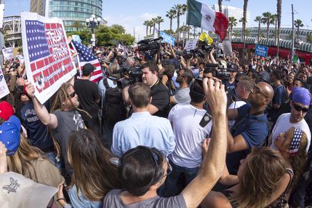 bandera mexicana: SAN DIEGO, EE.UU. - 27 de mayo, 2016: las cámaras de los medios de comunicación capturar la acción frenética mientras los manifestantes anti-Trump cumplen partidarios Trump fuera una manifestación Donald Trump en el Centro de Convenciones de San Diego.