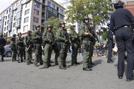 SAN DIEGO, USA - MAY 27, 2016: Riot police prepare to march and use crowd dispersion tactics on protesters outside a Trump rally at San Diego Convention Center. 新聞圖片