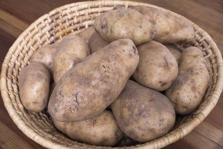 不織布のクローズ アップ先住民族かご全体小豆色アイダホのジャガイモは生でいっぱい