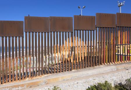 Stalen hek gemaakt van verticale liggers scheiden Mexico van de Verenigde Staten in een beveiligde politieke grens in Playas de Tijuana in Mexico