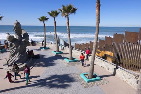 Playas de Tijuana, MEXICO - 28 januari 2017: De noordwest hoek van Mexico en beschikt over een strand park naast de grens hek scheiden van Mexico uit de Verenigde Staten in Playas de Tijuana.