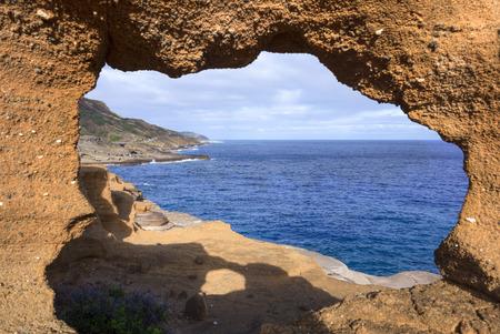 Uitzicht op de Stille Oceaan en Lanai op de rotsachtige zuidoostkust van Oahu door een natuurlijk aardraam