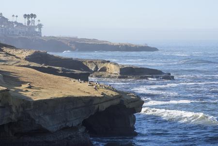 Toneel ruwe kustlijn van Zonsondergangklippen in San Diego, Californië op duidelijke de zomerochtend