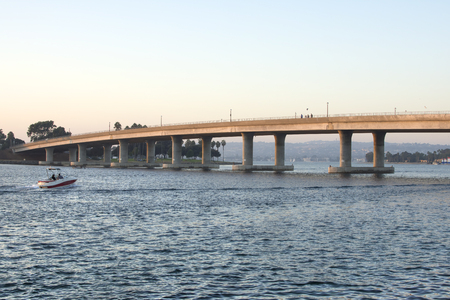 Boot op mooie Mission Bay bij zonsondergang door de Mission Bay De brug van de aandrijving in San Diego, Californië