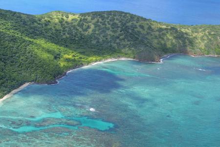 Aerial view of beautiful coastline with turquoise blue water and green vegetatioin of Flamenco Peninsula of Isla Culebra in Caribbean Sea Stockfoto