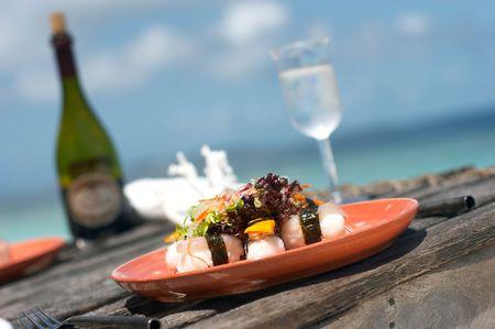 exotic: almuerzo servido en la playa cerca del oc�ano Foto de archivo