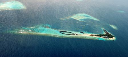 pristine coral reef: Vista aerea di maldiviana paradise island