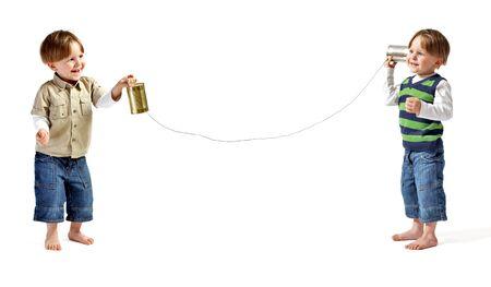 repondre au telephone: Twin s�rie: Pas de r�ponse. Deux tr�s mignon double gar�ons de communiquer par t�l�phone self made. Isol� sur fond blanc.  Banque d'images