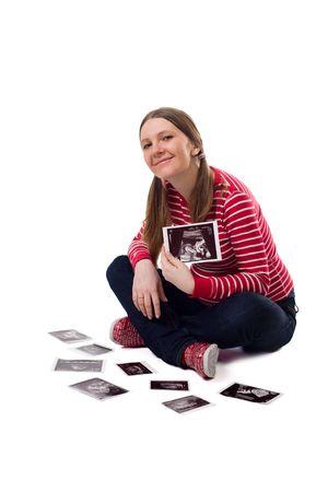 Feliz 25 semanas de embarazo mujer joven con ultrasonido fotos bebé. Aislado sobre fondo blanco.  Foto de archivo - 2709863