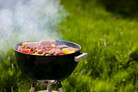 carne asada: Asada en fin de semana de verano. Las carnes frescas y hortalizas en la preparaci�n de parrilla.  Foto de archivo